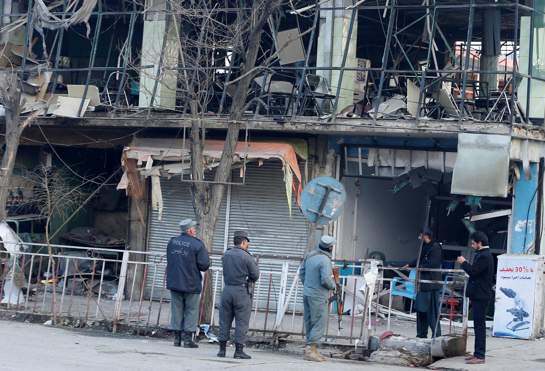 Bâtiments détruits, vitrines soufflées sur un large périmètre et surtout un lourd bilan humain (plus de 100 morts): cet attentat à la voiture piégée, samedi 27 janvier, a endeuillé une nouvelle fois la capitale afghane.