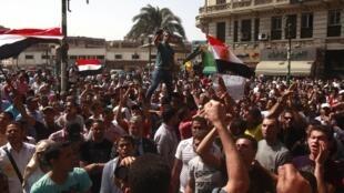Neste domingo, no Cairo, os egípcios continuam protestando na praça Tahrir.