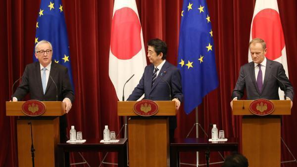 Le Premier ministre japonais Shinzo Abe entouré du président de la Commission européenne Jean-Claude Juncker et du président du Conseil européen Donald Tusk, le 17 juillet 2018 à Tokyo.