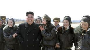 Kim Jong Un và các nữ quân nhân Bắc Triều Tiên (ảnh do KCNA công bố ngày 26/03/2014)