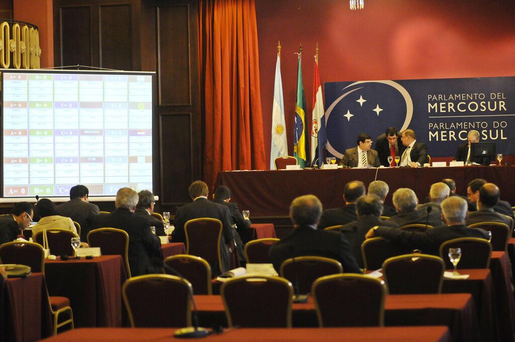 Cenário de crise deixa em alerta vizinhos e parceiros comerciais do Brasil.