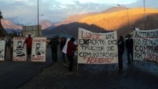 Protesta de los habitantes de Caimanes contra la compañía minera Luksic, en mayo de 2012