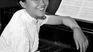1958年获日内瓦国际钢琴比赛最高奖。
