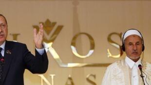 Recep Tayyip Erdogan, le Premier ministre turc (g) et Moustapha Abdel Jalil, le président de la CNT, lors d'une conférence de presse à Tripoli, le 16 septembre 2011.