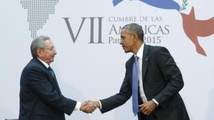 Raúl Castro y Barack Obama, este sábado 11 de abril de 2015 en Panamá.