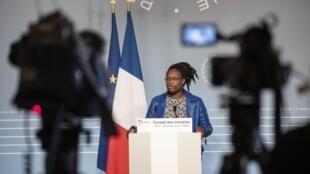 La porte-parole du gouvernement français Sibeth Ndiaye, le 22 avril 2020, durant une conférence de presse suivant un conseil des ministres.