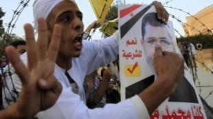 Phe Huynh Đệ Hồi Giáo biểu tình trước dinh Tổng thống Ai Cập, tại Cairo, ngày 15/11/2013