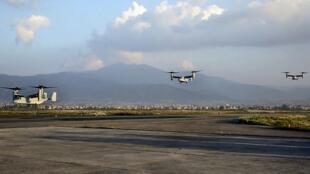 美国军机飞抵加德满都参加地震灾区救援。2015-05-03