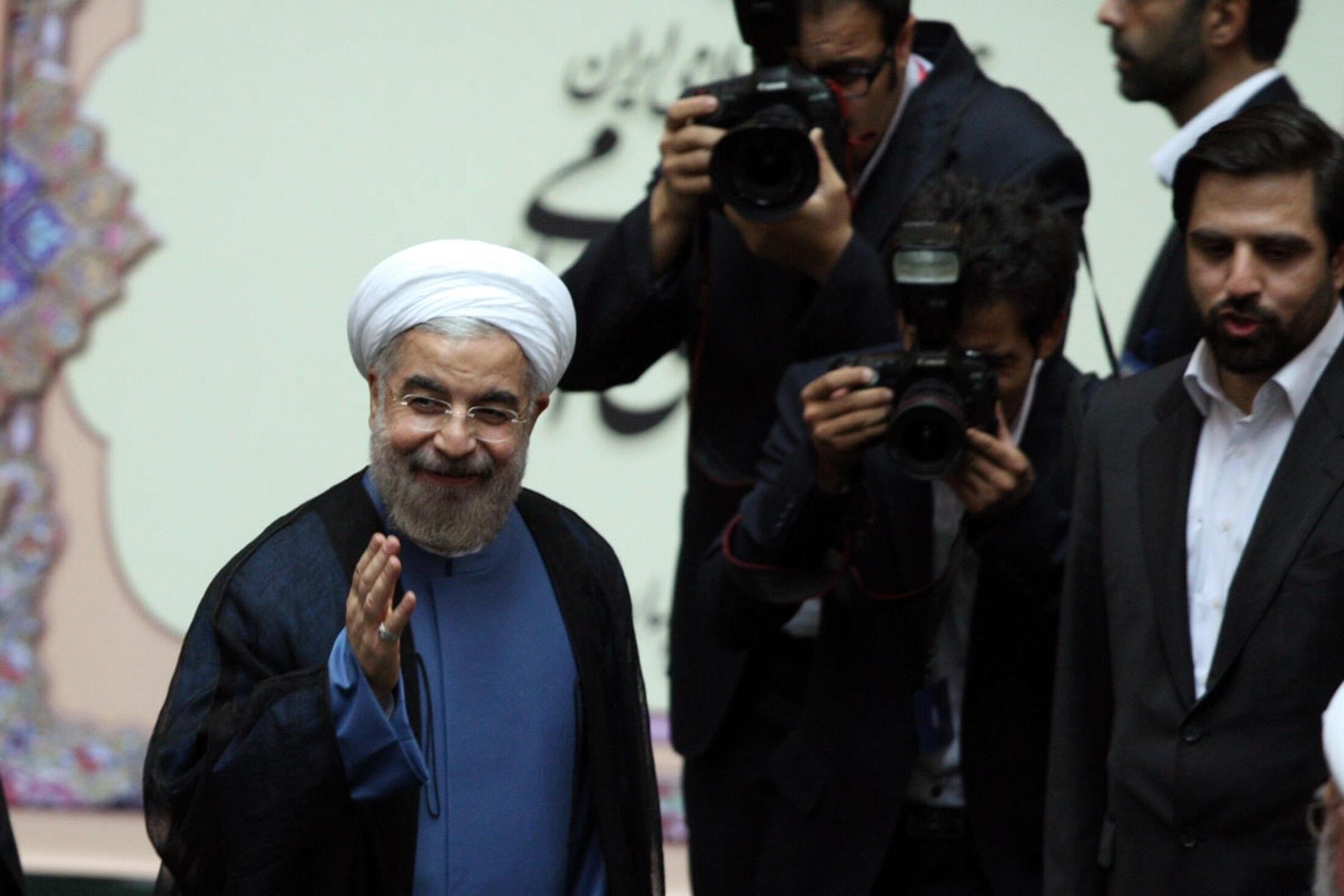 Hassan Rohani acena a jornalistas na chegada a sua primeira entrevista coletiva como presidente do Irã