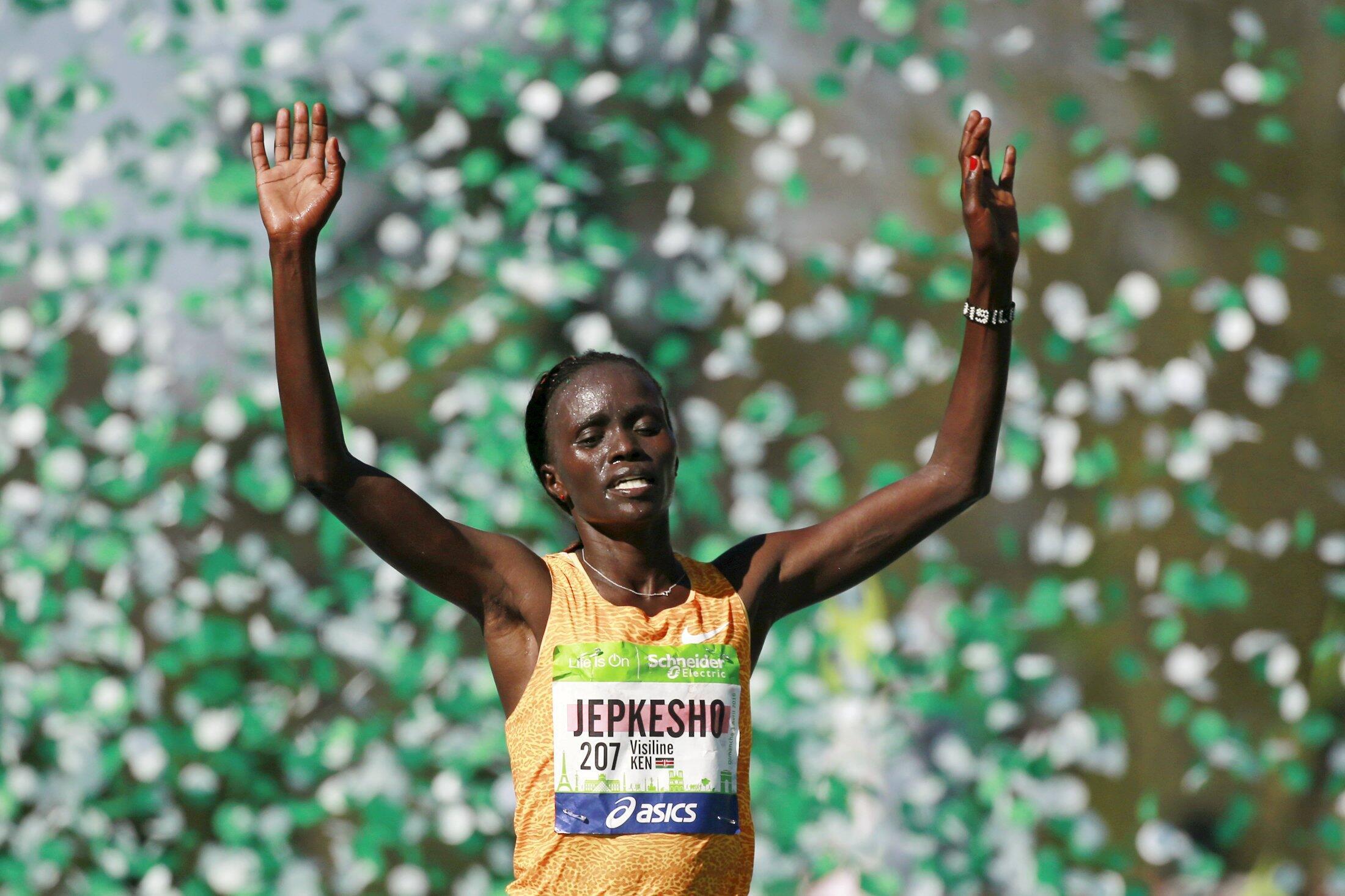 Visiline Jepkesho cruzou a linha de chegada em primeiro e foi campeã da maratona de Paris.