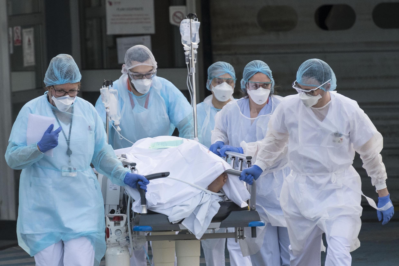 Médicos na França alertaram o governo francês de que é preciso reforçar as medidas de confinamento da população diante da crise da Covid-19.