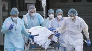 Во Франции от Covid-19 умерла 16-летняя девушка — у нее не было патологий и хронических заболеваний.