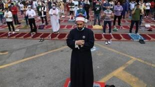 Des fidèles musulmans célèbrent la fin du ramadan à Rome, le 24 mai 2020.