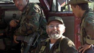 Raul Reyes au centre de l'image, photographié en janvier 2002, au téléphone avec Manuel Marulanda.