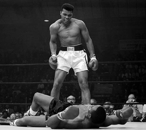 A 22 ans, le boxeur américain Cassius Clay bat le tenant du titre mondial des Lourds, Sonny Liston, au septième round, par KO.