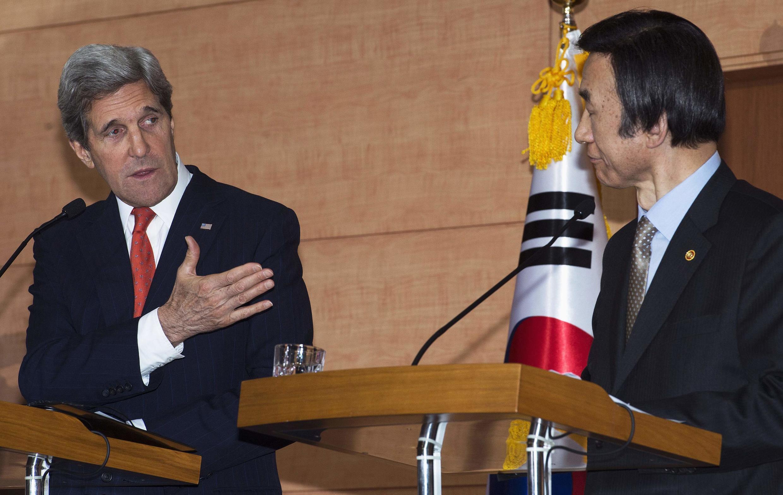 John Kerry (à gauche) et Yun Byung-se, le 12 avril 2013 en conférence de presse à Séoul.