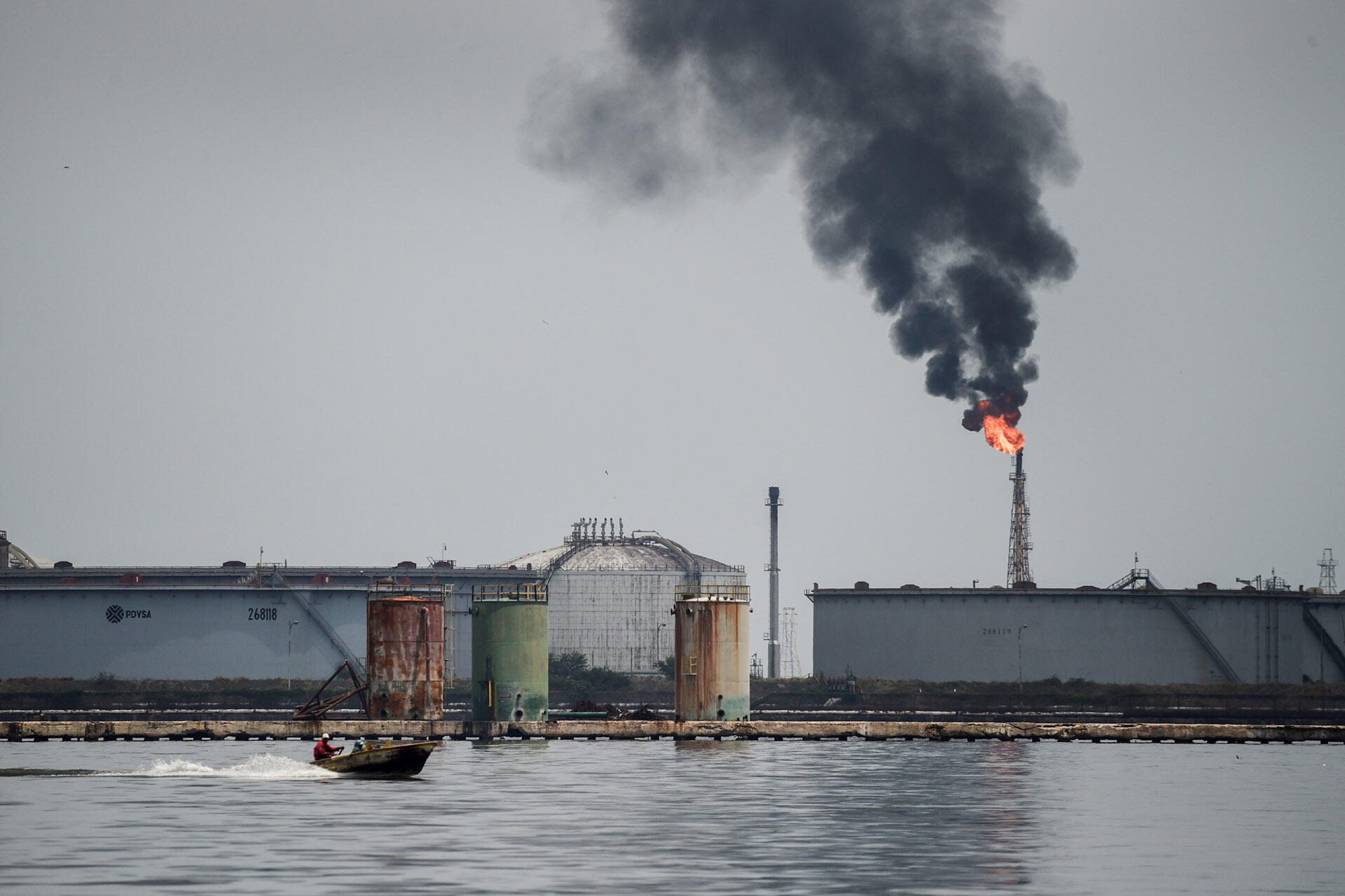 Ảnh chụp một nhà máy lọc dầu ở Maracaibo, Venezuela, ngày 02/05/2018.