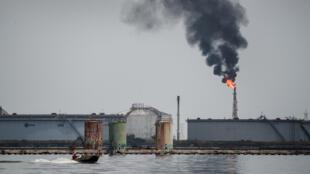 Vue d'une raffinerie de pétrole, à Maracaibo au Venezuela.