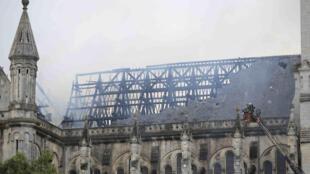 Bombeiros combatem o fogo que destruiu o telhado da Basílica Saint-Donatien, em Nantes, no noroeste da França, nesta segunda-feira (15).