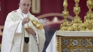 Le pape François concélèbre la cérémonie avec son prédécesseur Benoît XVI.