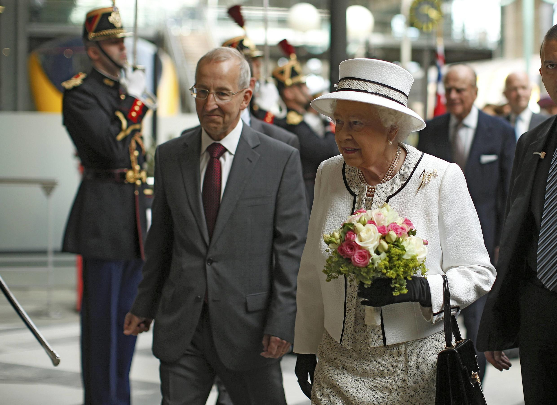 A Rainha Elizabeth II da Inglaterra chega à estação Gare du Nord em Paris, nesta quinta-feira, 5 de junho de 2014.
