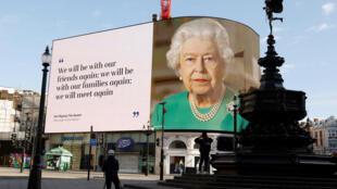 Рекламный щит на Piccadilly Circus в Лондоне. 19.04.2020