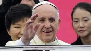 O papa Francisco chega a Seul no dia 14 de agosto de 2014.