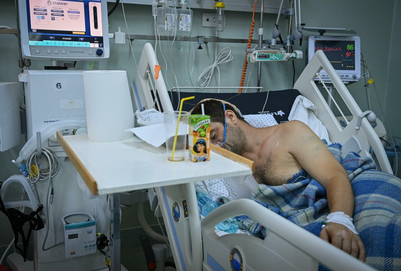 Un paciente con coronavirus en su cama de  hospital del Instituto de Pneumofisiología Marius Nasta en Bucarest, el 7 de octubre de 2021