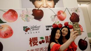 Quảng cáo hàng hóa Mỹ tại trung tâm thương mại Thẩm Khuyến (Shenzhen), Trung Quốc (Ảnh chụp ngày 08/07/2018)