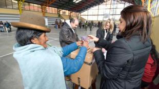Le 26 janvier 2009,  près de 4 millions de Boliviens étaient appelés à se rendre aux urnes pour décider du sort de la nouvelle Constitution. Le texte est approuvé par plus de 60 % des votants.