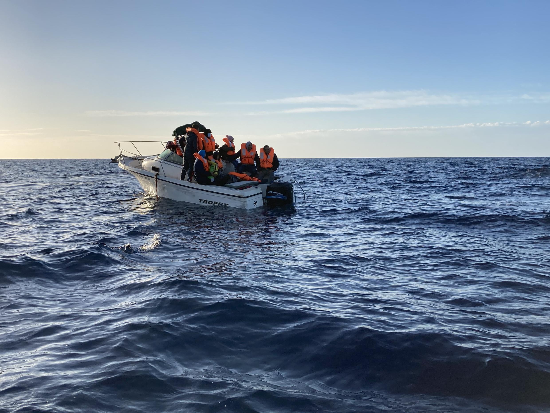 Un petit bateau de fibre de verre, transportant onze personnes, se trouve à proximité de l'Ocean Viking