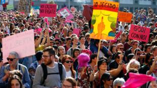 Pessoas protestam contra o Congresso Mundial das Famílias, em Verona, Itália, em 30 de março de 2019.