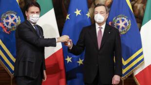El primer ministro italiano saliente, Giuseppe Conte (izq) junto al nuevo primer ministro Mario Draghi, en Roma, el 13 de febrero de 2021