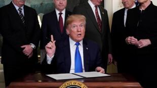 Tổng thống Donald Trump ký văn bản về thuế sở hữu trí tuệ đánh trên hàng công nghệ cao cấp từ Trung Quốc, ngày 22/03/2018.