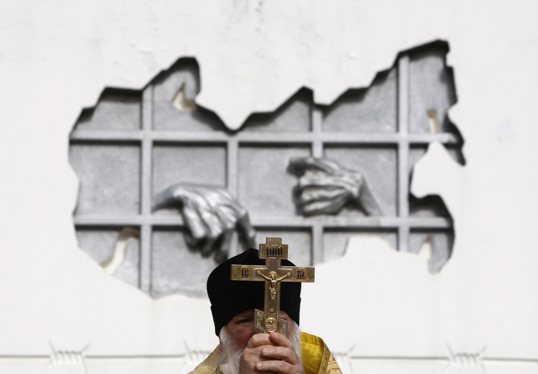 Một tín đồ Chính thống giáo Nga trong một nghi lễ tưởng niệm các nạn nhân của chế độ Cộng sản, Stavropol, 30/10/2012