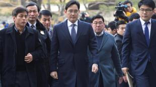В центре: вице-президент и фактический глава компании Samsung Electronics Ли Чжэ Ен
