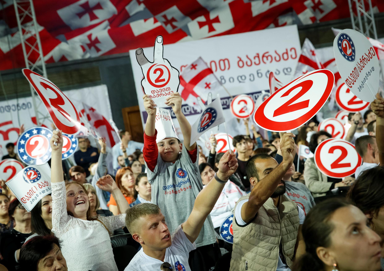 Сторонники Давида Бахрадзе, одного из кандидатов на пост президента Грузии, Тбилиси, 21 октября 2018.