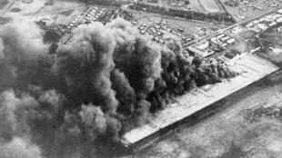 La base aérienne Wheeler Army Airfield attaquée par l'armée japonaise, à Pearl Harbor, le 7 décembre 1941.