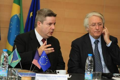 O governador de Minas Gerais, Antonio Anastasia (esquerda), em reunião com o governador da região francesa Nord-Pas de Calais, Daniel Percheron.