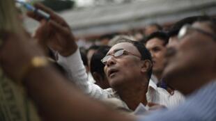 印度阿萨姆邦Jorhat区选举办公室人员最后检查候选人名单 2014 04 06