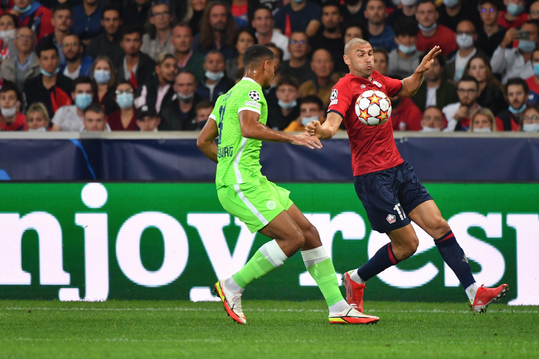 L'attaquant lillois Burak Yilmaz tente un débordement sur le défenseur de Wolfsburg Maxence Lacroix au stade Pierre-Mauroy, le 14 septembre 2021