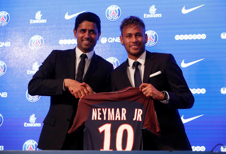 """باشگاه فوتبال """"پاریس سن ژومن"""" فرانسه نیمار را به مبلغ رکورد ۲۲۲ میلیون یورو از باشگاه """"بارسلون"""" خریده است."""