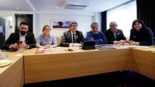 Lãnh đạo đảng đòi độc lập cho Catalunya, ông Carles Puigdemont (G), cùng cộng sự, họp báo tại Bruxelles, ngày 12/01/2018.