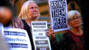 La politique australienne en matière d'immigration ne fait pas que des heureux dans le pays, comme en témoignent ces protestataires de Sydney réclamant le rapatriement des migrants de l'île de Nauru et la fermeture du camp, souvent pointé du doigt.