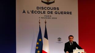 O presidente francês, Emmanuel Macron, durante seu discurso sobre dissuasão nuclear, na Escola Militar de Paris, nesta sexta-feira (7).