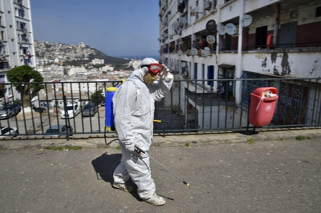 Un employé municipal algérien désinfecte une rue du quartier de Bab el-Oued à Alger, le 9 avril 2020.