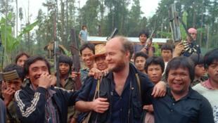Le photoreporter Thomas Haley avec les combattants du MNLF à Mindanao aux Philippines en 1986.
