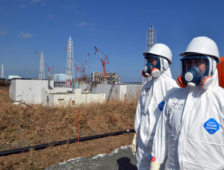 Funcionários em frente a usina nuclear Fukushima Daiichi, no norte do Japão.
