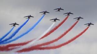 Ле Бурже 2011: показательное выступление группы высокого пилотажа Patrouille de France
