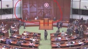"""Deputados pró-democracia projectaram no parlamento a 16 de Outubro a inscrição """"cinco exigências, nem uma a menos"""""""